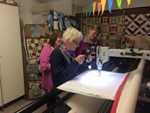 Inget går upp emot att själv få styra quiltningen på en sådan här maskin! Foto: Maria Bussler.