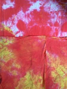 Färgat i rött och gult genom att skrynkla tyget och spraya på färgen.